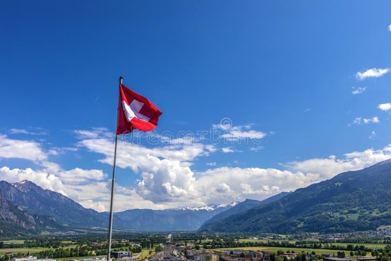 Bandera suiza sobre las montañas en Suiza fotografía de archivo