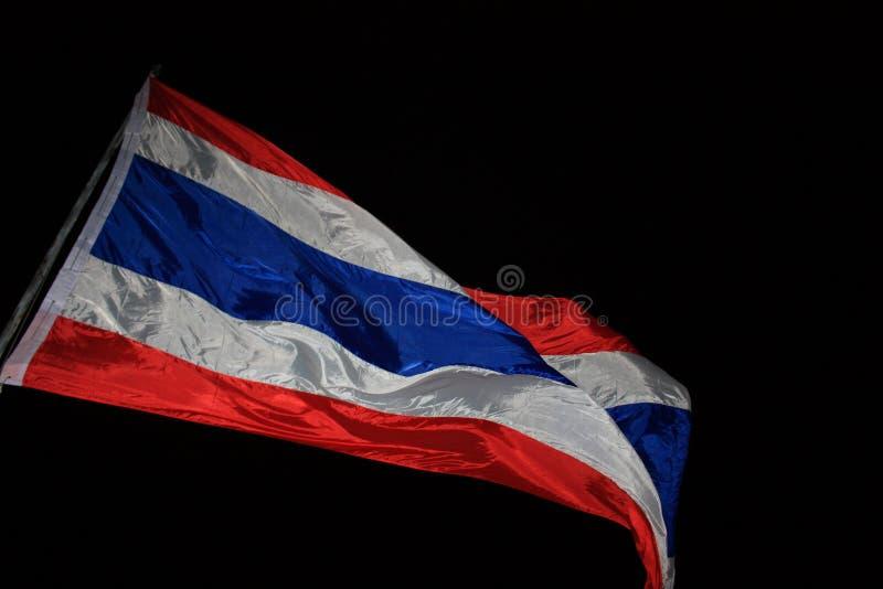 Bandera tailandesa con el fondo negro imagen de archivo