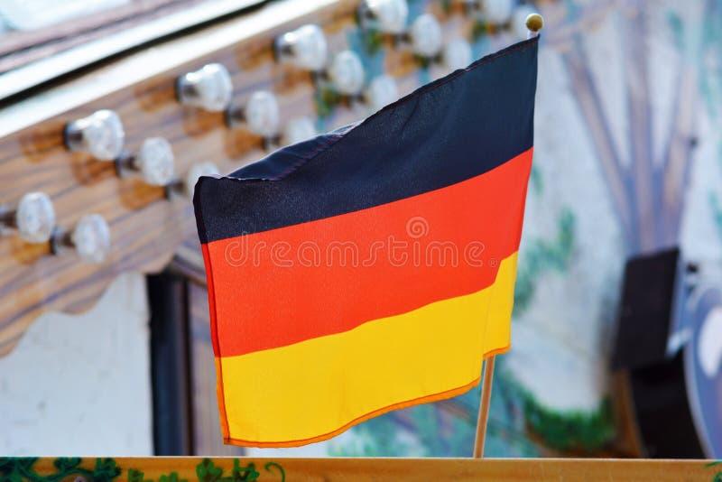Bandera tricolora que consiste en tres bandas horizontales iguales que exhiben los colores nacionales de Alemania imagen de archivo libre de regalías