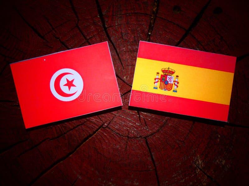 Bandera tunecina con la bandera española en un tocón de árbol fotografía de archivo libre de regalías