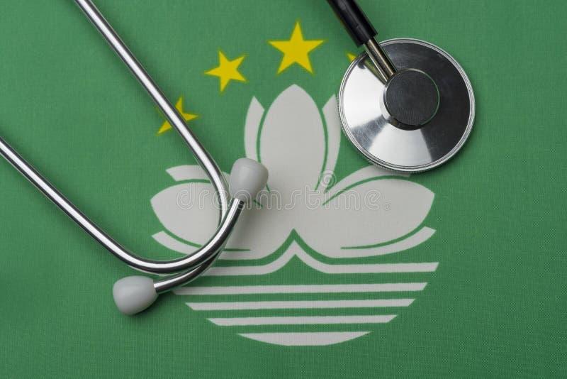 Bandera y estetoscopio de Macao El concepto de medicina foto de archivo libre de regalías