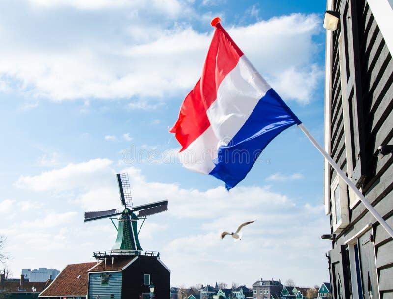 Bandera y molino de viento holandeses imagenes de archivo