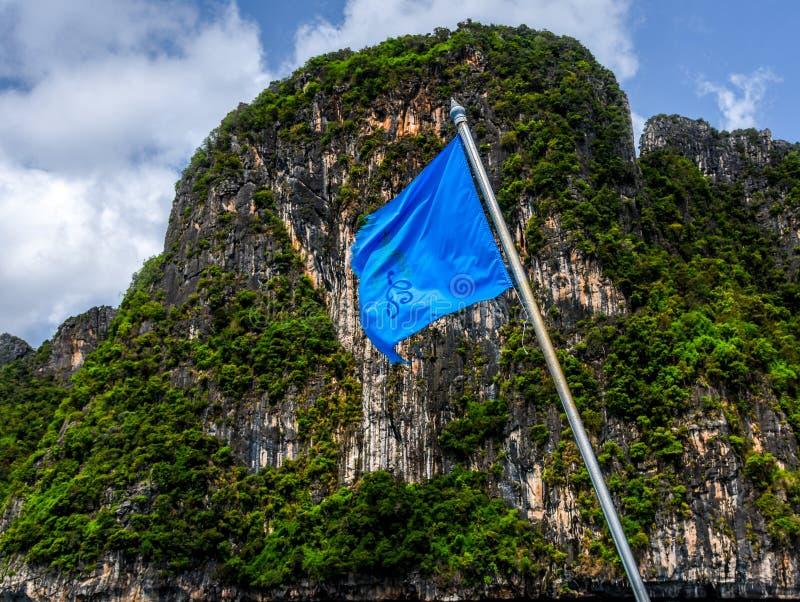 Bandera y montaña de la nave foto de archivo libre de regalías