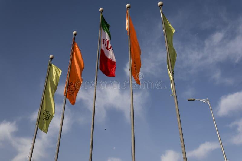 Banderas adornadas en zona urbana delante del cielo azul foto de archivo libre de regalías
