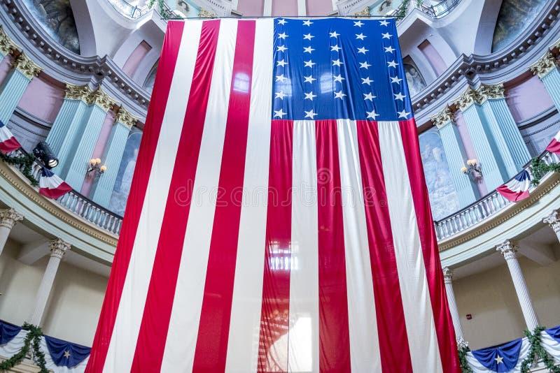 Banderas americanas en el tribunal viejo en St. Louis céntrico foto de archivo libre de regalías