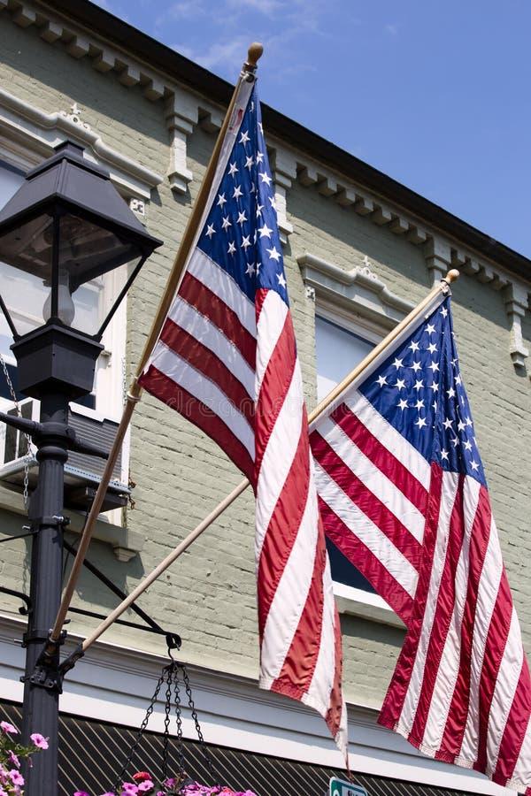 Banderas americanas que vuelan en la ciudad vieja Warrenton Virginia fotografía de archivo