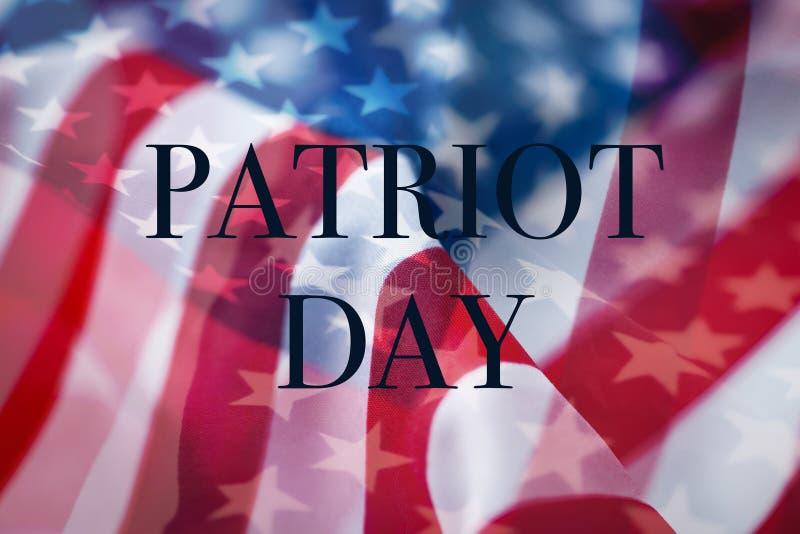 Banderas americanas y día del patriota del texto imagenes de archivo