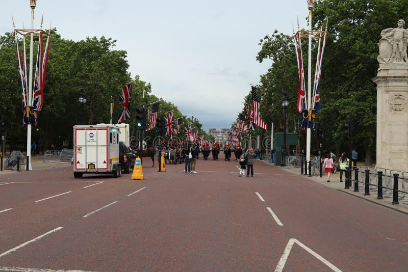 Banderas británicas de los E.E.U.U. por el Buckingham Palace fotos de archivo