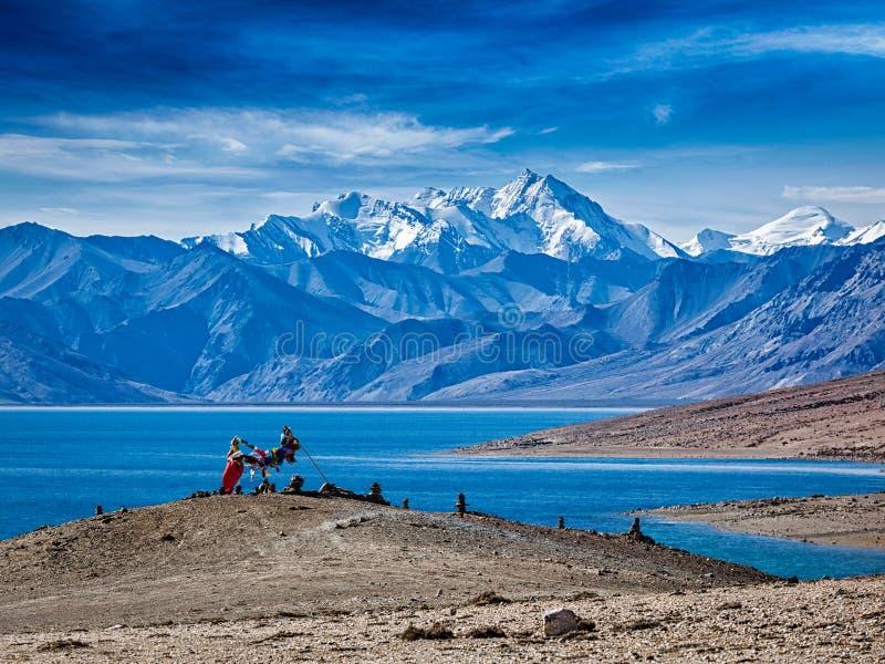 Banderas budistas del rezo en TSO Himalayan Moriri del lago fotografía de archivo