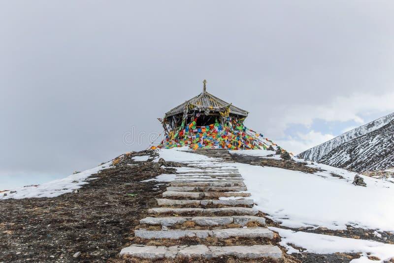 Banderas coloridas del rezo en la montaña de la nieve fotos de archivo libres de regalías