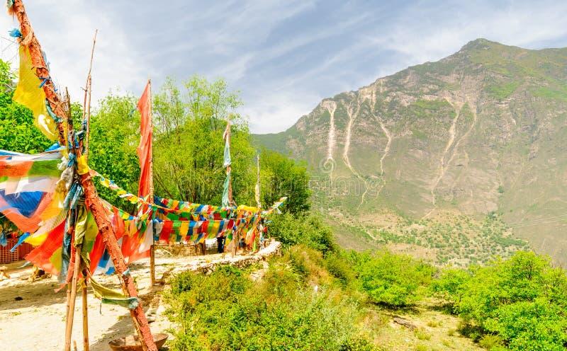 Banderas coloridas del rezo en las montañas de Tibetand imagen de archivo libre de regalías