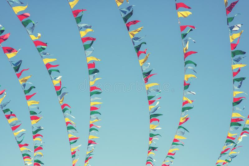 Banderas coloridas en el fondo del cielo imagenes de archivo
