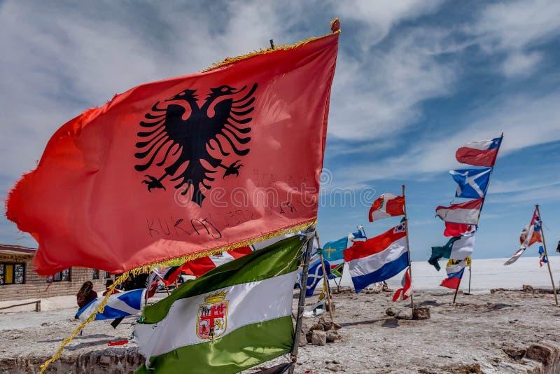 Banderas de diversas naciones en Salar de Uyuni Salt Lake, Bolivia fotos de archivo libres de regalías