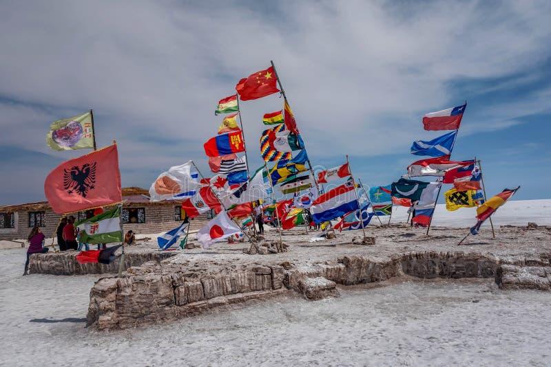 Banderas de diversas naciones en Salar de Uyuni Salt Lake, Bolivia fotografía de archivo libre de regalías