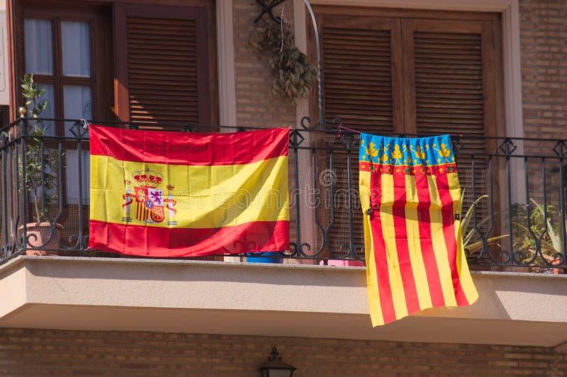 Banderas de España en los balcones imagen de archivo