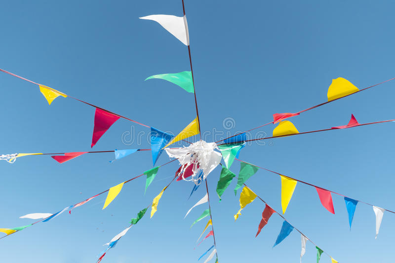 Banderas de golpe ligero del partido en el cielo azul de A foto de archivo