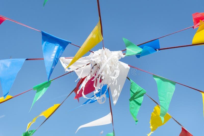Banderas de golpe ligero del partido en el cielo azul de A imagen de archivo