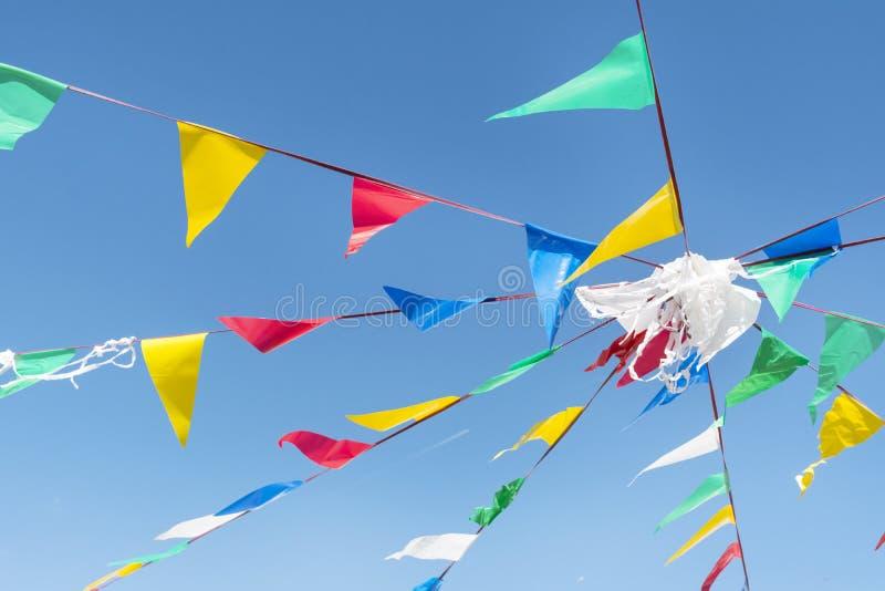 Banderas de golpe ligero del partido en el cielo azul de A imágenes de archivo libres de regalías