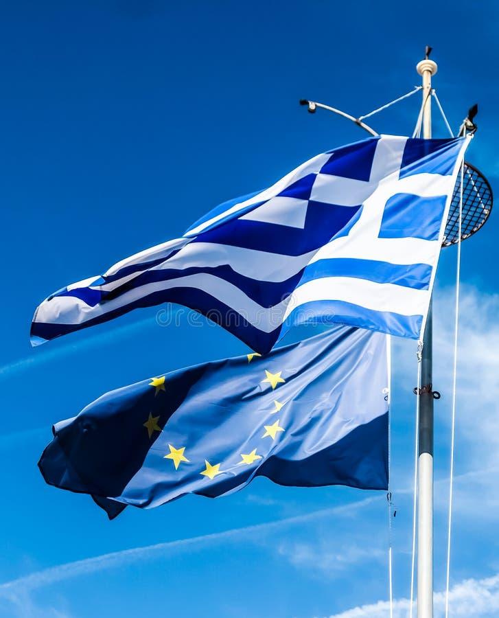 Banderas de Grecia y de la uni?n europea en el fondo del cielo azul, pol?tica de Europa imágenes de archivo libres de regalías
