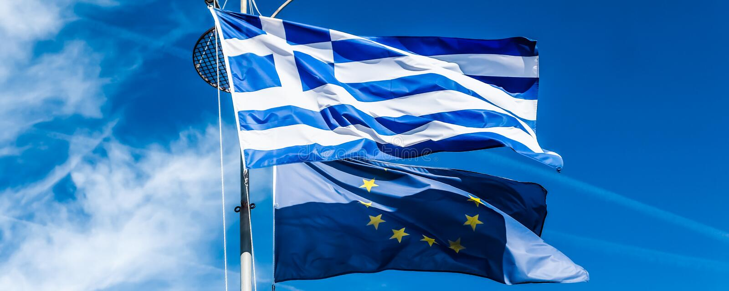 Banderas de Grecia y de la uni?n europea en el fondo del cielo azul, pol?tica de Europa imagenes de archivo