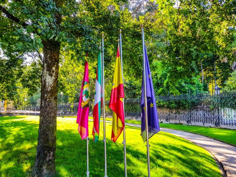 banderas de Guernika, de Euskadi, de España y de Europa al lado del árbol de Gernika, símbolo de la libertad fotos de archivo