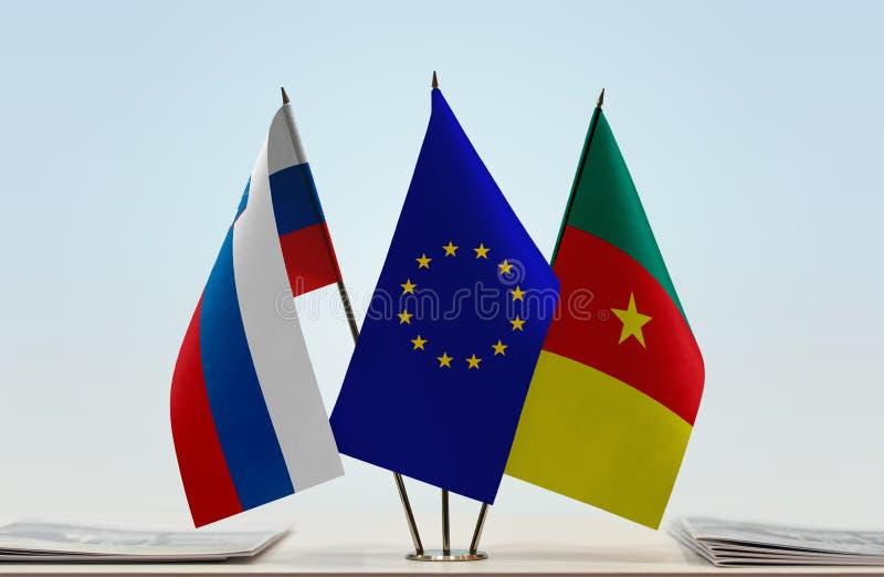 Banderas de la UE de Eslovenia y del Camerún imagenes de archivo