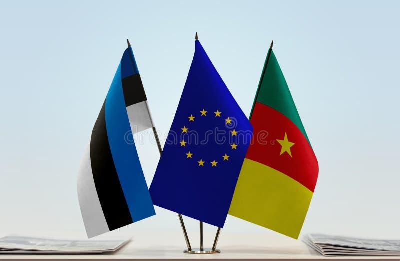 Banderas de la UE de Estonia y del Camerún foto de archivo
