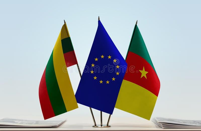 Banderas de la UE de Lituania y del Camerún imagenes de archivo