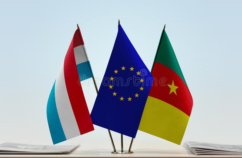 Banderas de la UE de Luxemburgo y del Camerún imagenes de archivo