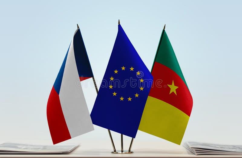 Banderas de la UE de la República Checa y del Camerún imagenes de archivo