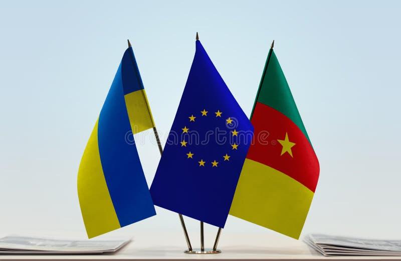Banderas de la UE de Ucrania y del Camerún imagen de archivo