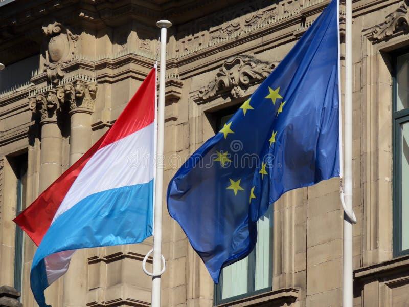 Banderas de la UE y Luxemburgo imagenes de archivo