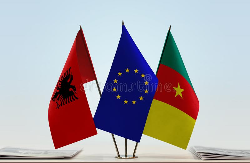 Banderas de la unión europea y del Camerún de Albania imagen de archivo