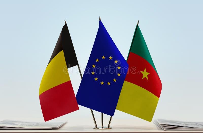 Banderas de la unión europea y del Camerún de Bélgica imagenes de archivo