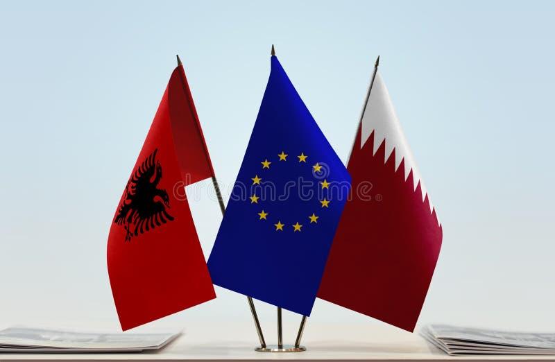 Banderas de la unión europea y de Qatar de Albania imagenes de archivo