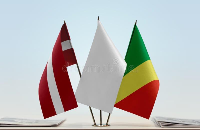 Banderas de Letonia y del República del Congo fotografía de archivo