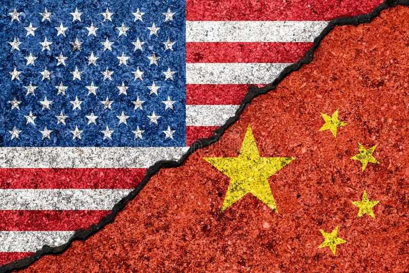 Banderas de los E.E.U.U. y de China pintados en concepto agrietado de la guerra comercial de la pared background/USA-China stock de ilustración