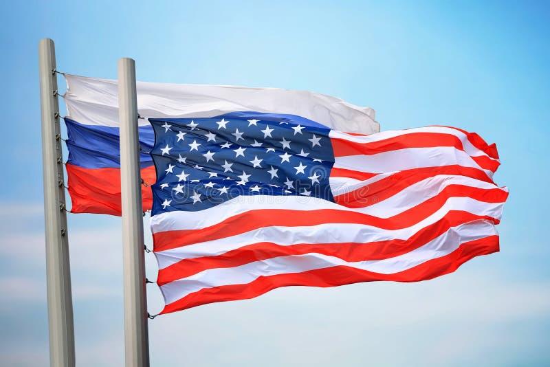 Banderas de los E.E.U.U. y de la Rusia fotos de archivo libres de regalías