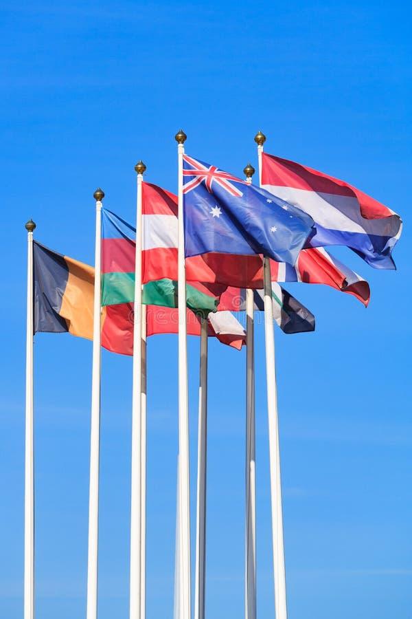 Banderas de los países diferentes, alborotos en el viento fotografía de archivo