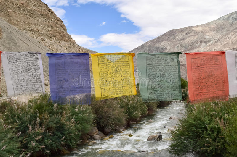 Banderas de los rezos de la religión budista imagenes de archivo