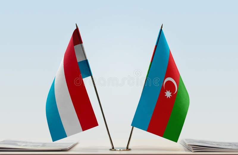 Banderas de Luxemburgo y de Azerbaijan fotografía de archivo