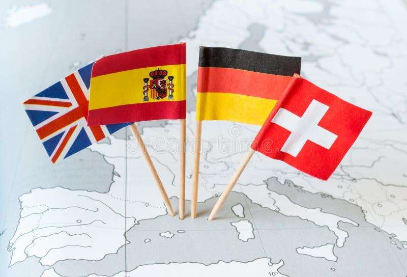 Banderas de país en mapa fotos de archivo