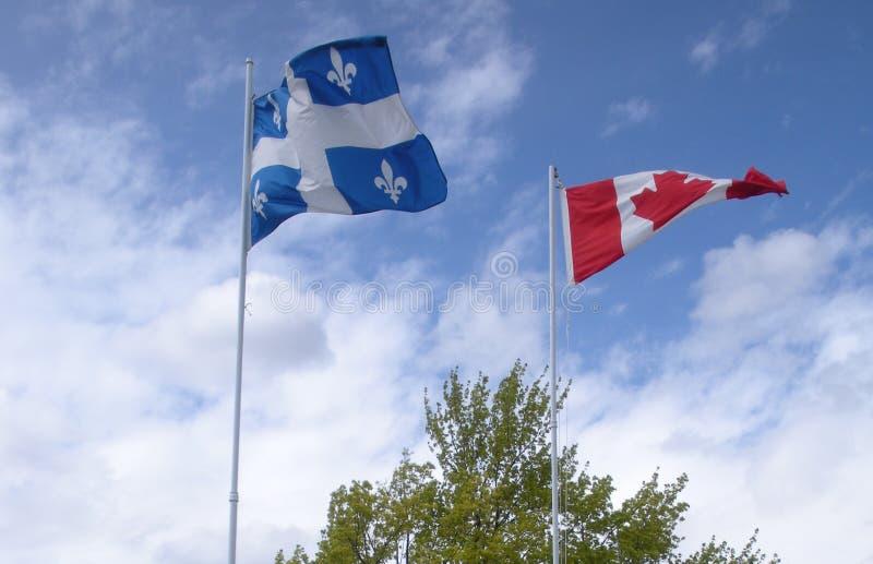 Banderas de Quebec y de Canadá imagenes de archivo