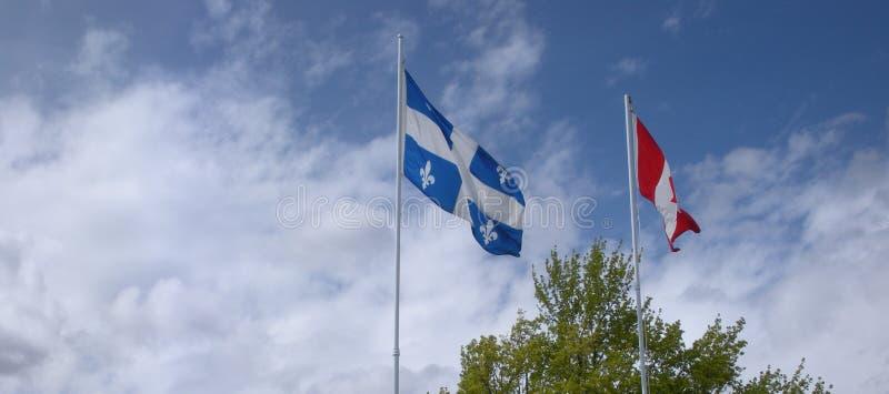 Banderas de Quebec y de Canadá imagen de archivo libre de regalías