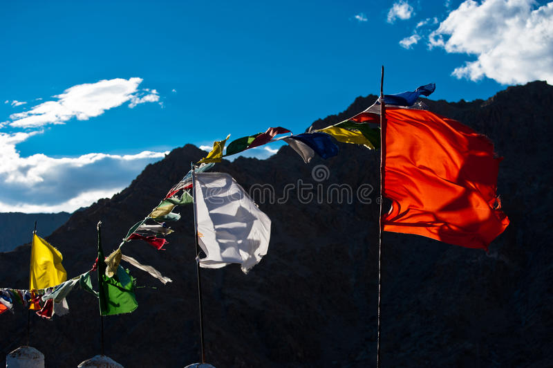 Banderas de rogación budistas que agitan en el viento. India foto de archivo libre de regalías