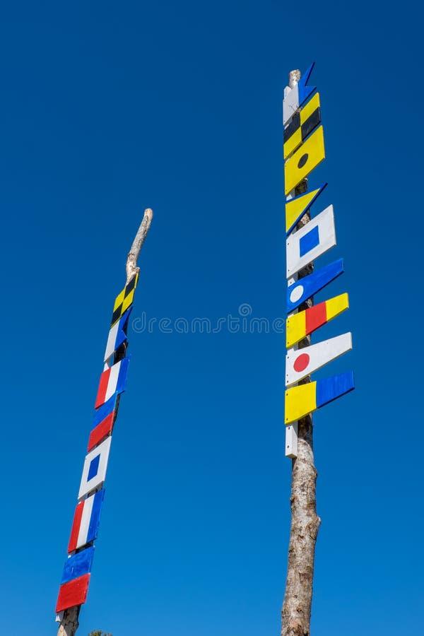 Banderas de señal de la navegación en dos polos foto de archivo