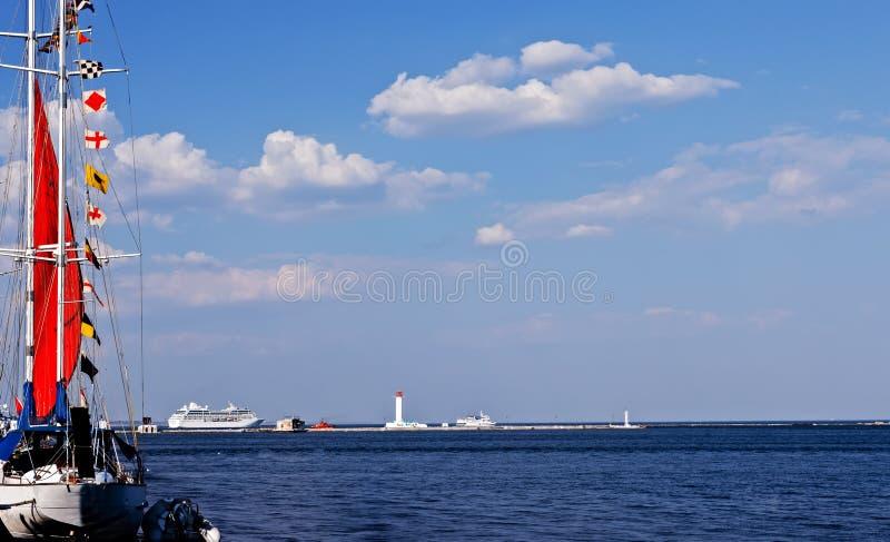 Banderas de se?al en un barco de navegaci?n foto de archivo libre de regalías