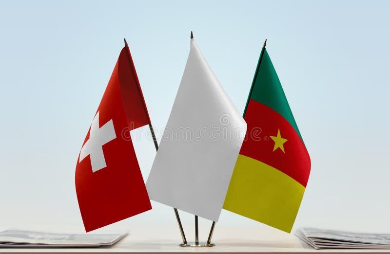 Banderas de Suiza y del Camerún fotos de archivo libres de regalías