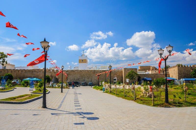 Banderas de Túnez cerca de Medina en Hammamet imagen de archivo libre de regalías