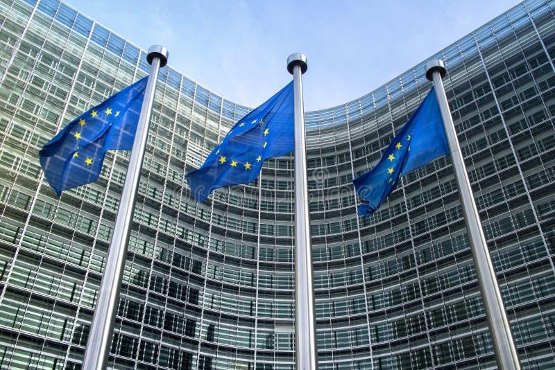 Banderas de unión europea cerca de la Comisión Europea imagenes de archivo